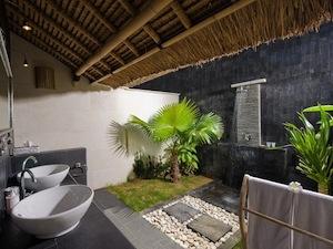 scallywags-resort-gili-trawangan-review-bathrooms